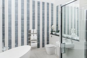 A bathroom at The Rutland Hotel & Apartments