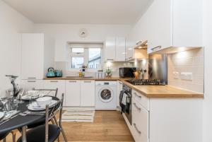 A kitchen or kitchenette at CONEN Chequers Apartment