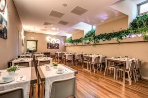 A restaurant or other place to eat at Al Manthia Hotel - Gruppo Trevi Hotels
