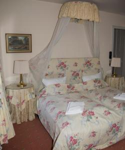 A bed or beds in a room at Hotel Postgaarden