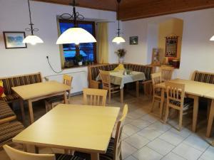Ein Restaurant oder anderes Speiselokal in der Unterkunft Haus Seebach