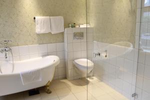 A bathroom at Det Hanseatiske Hotel