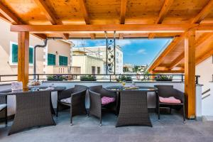 A restaurant or other place to eat at Apartments Marina