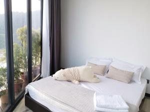 A bed or beds in a room at SEAVIEW ArteS 3BR Family, walk to USM, Washer, 8pax