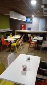 A restaurant or other place to eat at ibis budget Dieppe Centre Port