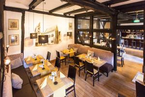 Ein Restaurant oder anderes Speiselokal in der Unterkunft Halberstädter Hof