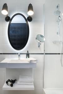 A bathroom at Aparthotel Adagio Paris Montmartre