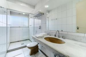 A bathroom at Alice Vitória Hotel