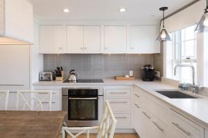 A kitchen or kitchenette at Harborview Nantucket
