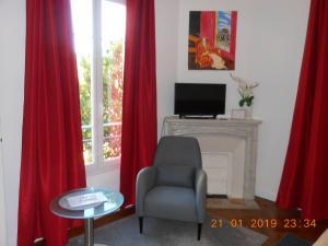 En tv och/eller ett underhållningssystem på Hotel Villa Les Cygnes