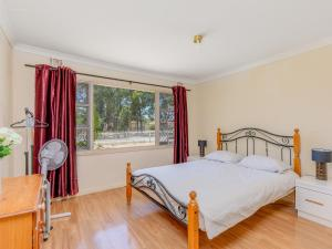 A bed or beds in a room at Lovely homely convenient holiday house