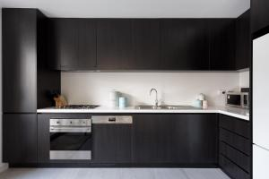 A kitchen or kitchenette at Modern, new 2 bed in the heart of Darling Harbour