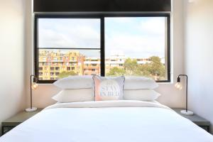 A bed or beds in a room at Vibrant inner-city living - Darling Harbour fringe