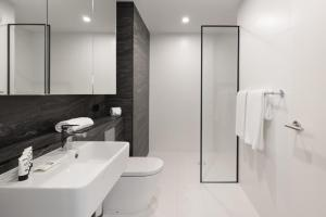 A bathroom at Modern, new 2 bed in the heart of Darling Harbour