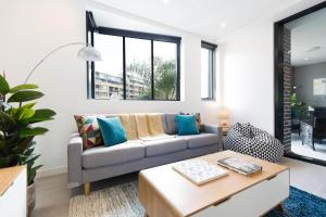 A seating area at Modern, new 2 bed in the heart of Darling Harbour