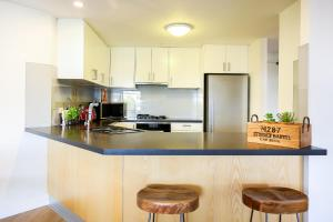 A kitchen or kitchenette at Vibrant inner-city living - Darling Harbour fringe