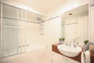 A bathroom at Vibrant inner-city living - Darling Harbour fringe