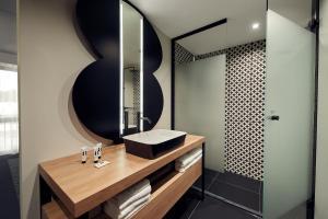 A bathroom at Gr8 Hotel Bodegraven