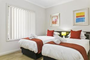 A bed or beds in a room at Family-friendly hideaway in quiet suburb