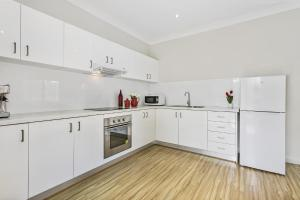 A kitchen or kitchenette at Family-friendly hideaway in quiet suburb
