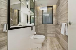 A bathroom at Contemporary flat walking distance to city