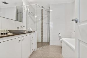 A bathroom at Live the harbourside life