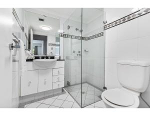 A bathroom at Spacious retreat walking distance from city centre