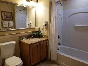 Um banheiro em Blue Heron Beach Resort