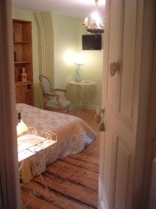 A bed or beds in a room at Les Terrasses du Lac au Bord du Lac d'Annecy - Guest House