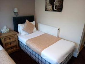 A bed or beds in a room at The Waverley Inn