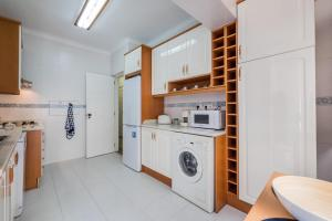 A kitchen or kitchenette at Lisbon two bedroom apartment with balcony
