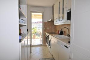 A kitchen or kitchenette at Elegant one-bedroom apartment with swimming pool - StayInAntibes - Le Vallon