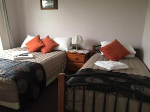 A bed or beds in a room at Oatlands Retreat