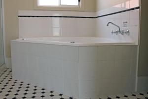 A bathroom at John Pirie Motor Inn