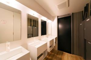 A bathroom at MANGA ART HOTEL, TOKYO