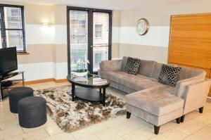 A seating area at Posh Pads - Liverpool 1 - Apart-Hotel