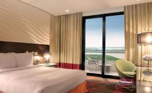 سرير أو أسرّة في غرفة في فندق راديسون بلو، أبو ظبي جزيرة ياس