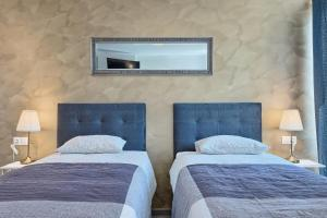 A bed or beds in a room at Luxury flats in city centre