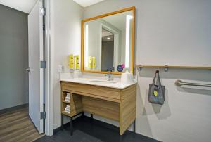 A bathroom at Tru By Hilton Portland Airport Area Me