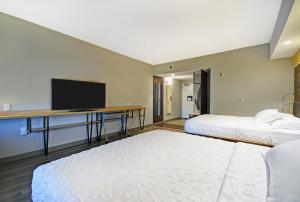 A bed or beds in a room at Tru By Hilton Portland Airport Area Me