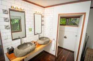 A bathroom at Qamea Resort & Spa