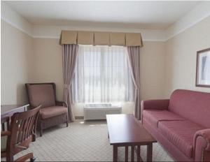 A seating area at Holiday Inn Express Hotel & Suites San Dimas, an IHG hotel