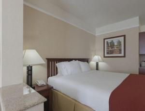 A bed or beds in a room at Holiday Inn Express Hotel & Suites San Dimas, an IHG hotel