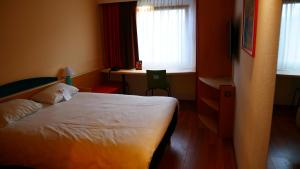 A bed or beds in a room at ibis Hotel Hamburg Airport