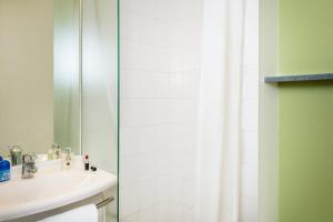 A bathroom at ibis budget Versailles Chateau Saint cyr l'Ecole