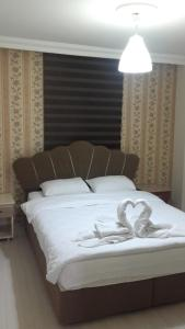 A bed or beds in a room at Selimiye Hotel