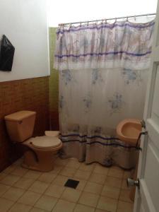 A bathroom at DON FILI