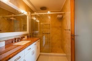 Um banheiro em Penthouse The Strand 4A