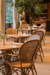 Kanvaz Village Resort Seminyakにあるレストランまたは飲食店