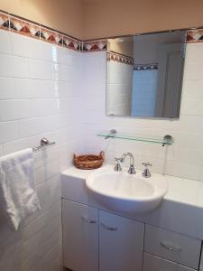 A bathroom at Highlands Hotel